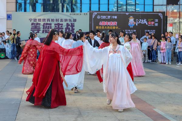 """寧德近(jin)百名(ming)漢服(fu)愛好者(zhe)""""組團(tuan)""""巡游 弘揚中華(hua)傳統文化"""